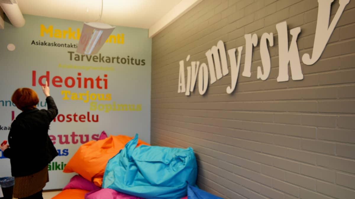 Kainuun ammattiopiston kulttuurialalla on luovia tiloja. Kuvassa Aivomyrsky -huone.