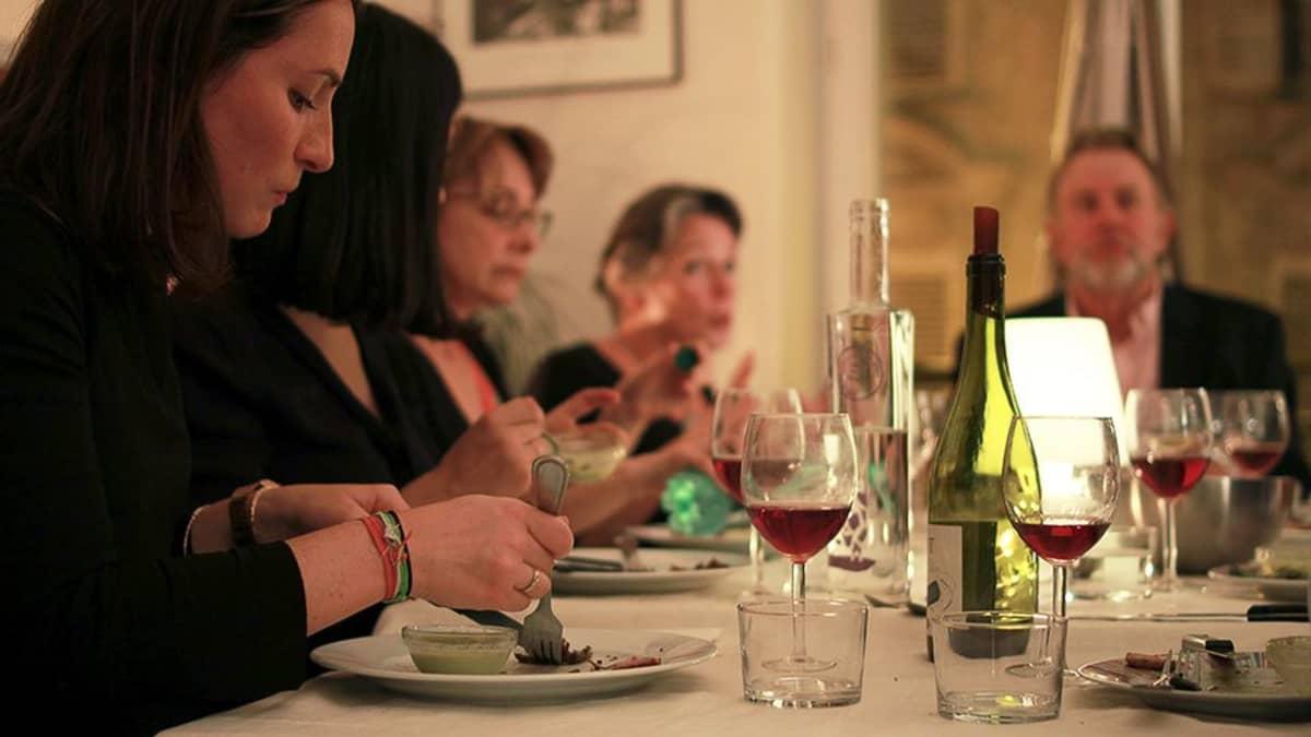 Alkupalaksi vieraat saavat lounaisranskalaisia herkkuja eli hanhenmaksaa ja jurançon-viiniä.