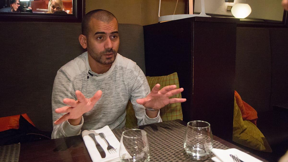 Prinssi Rami ravintolapöydän ääressä