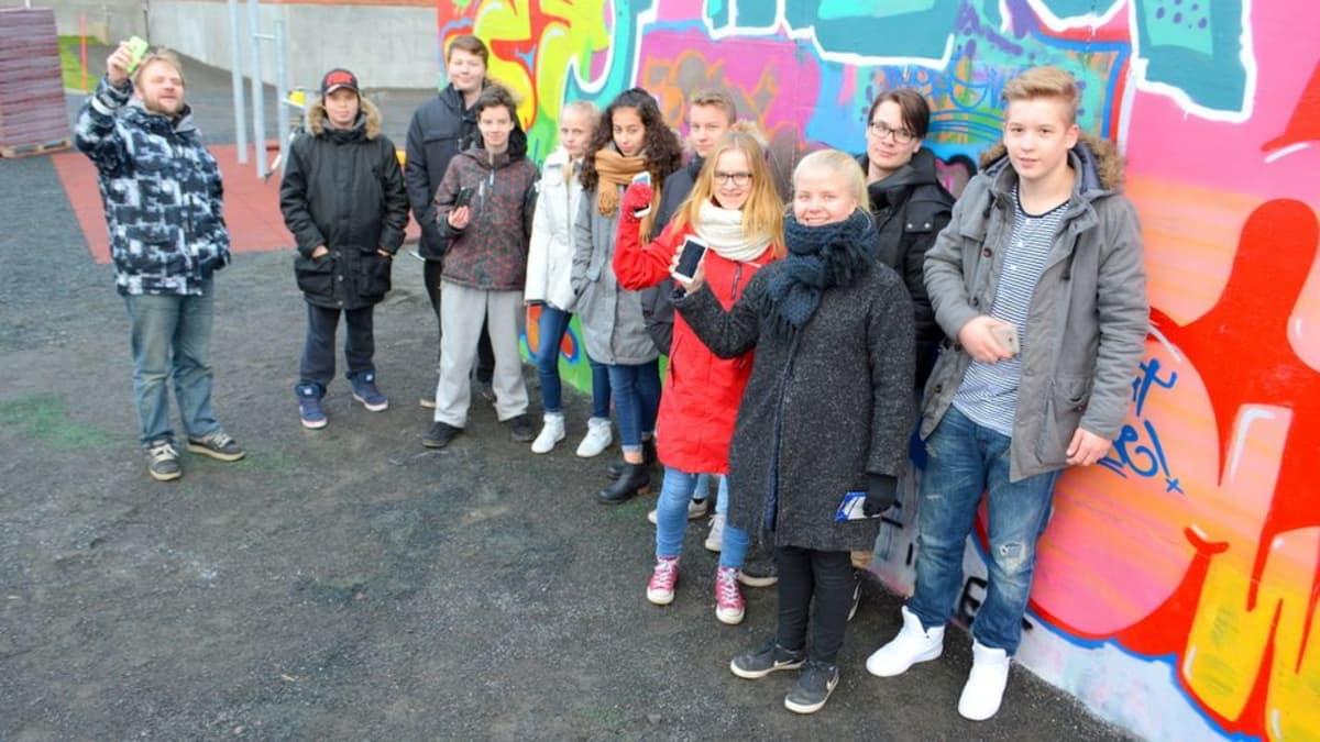Tornion Putaan koululaiset testaamassa kaupunkivalloitus peliä.