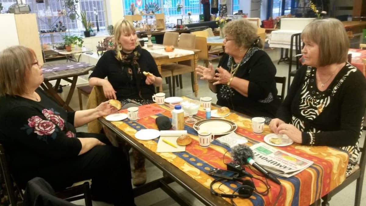 Neljä naista pöydän ääressä