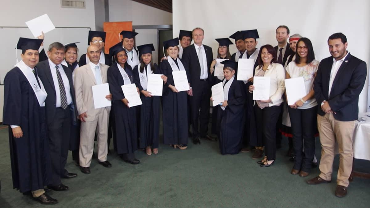 Haaga-Helian lähi- ja etäopiskeluna suoritetusta koulutuksesta valmistuneita opettajia Kolumbiassa Bogotassa.