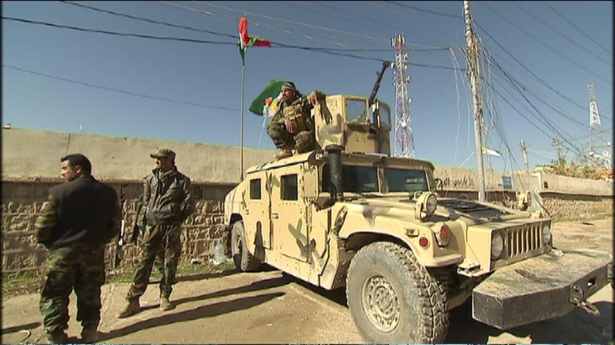 Peshmergat ja Humvee Sinjarissa.