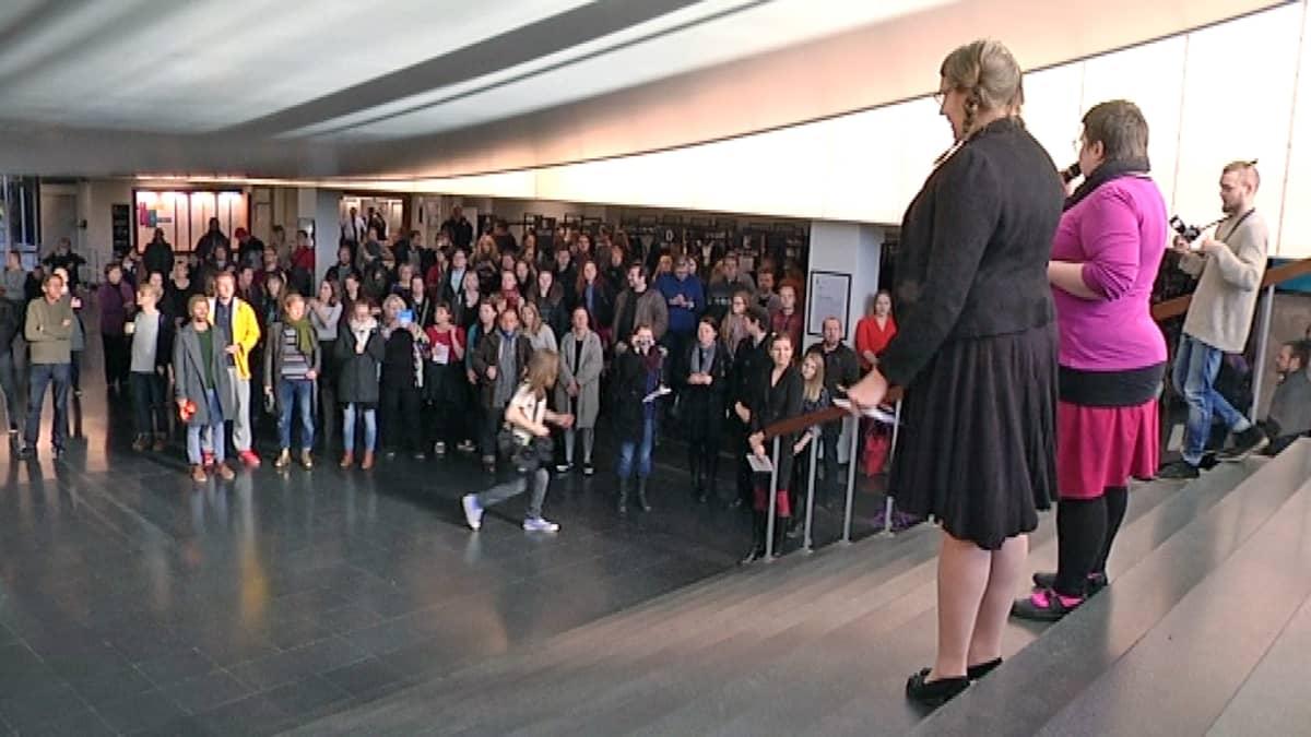 Mielenosoittajia Tampereen yliopiston päätalon aulassa