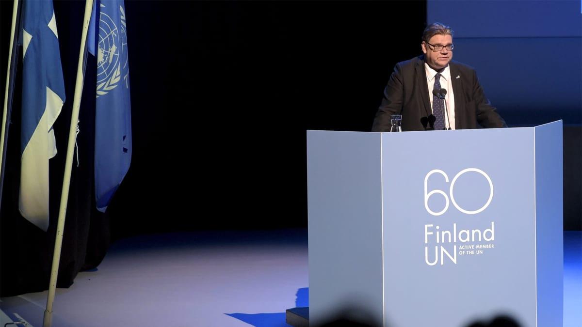 Timo Soini pitämässä puhetta lavalla.