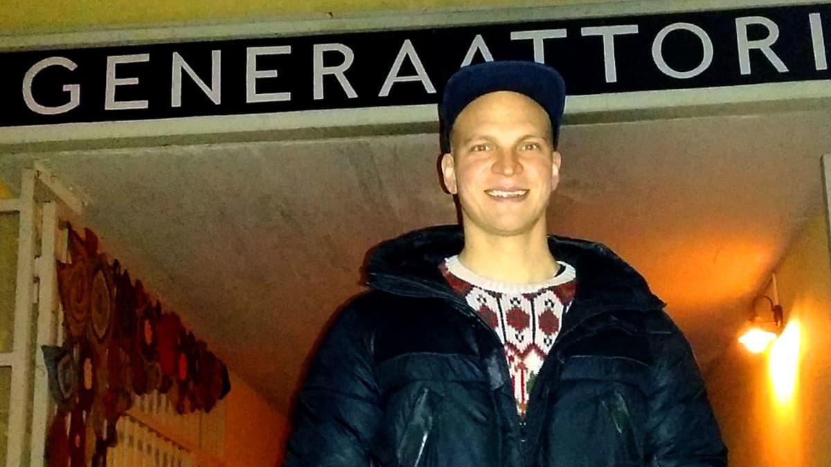 Näyttelijä Riku Nieminen synnyinkaupungissaan Kajaanissa Generaattorin edessä.