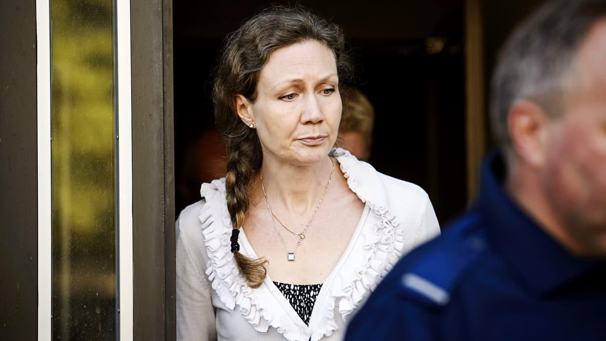 Anneli Auer poistumassa tauolle Porin käräjäoikeudesta elokuussa 2013.