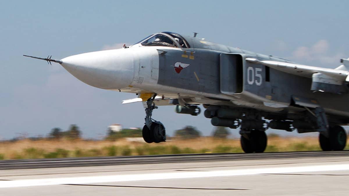 Venäläinen pommikone SU-24M lähdössä lentoon Hmeymim lentotukikohdasta.