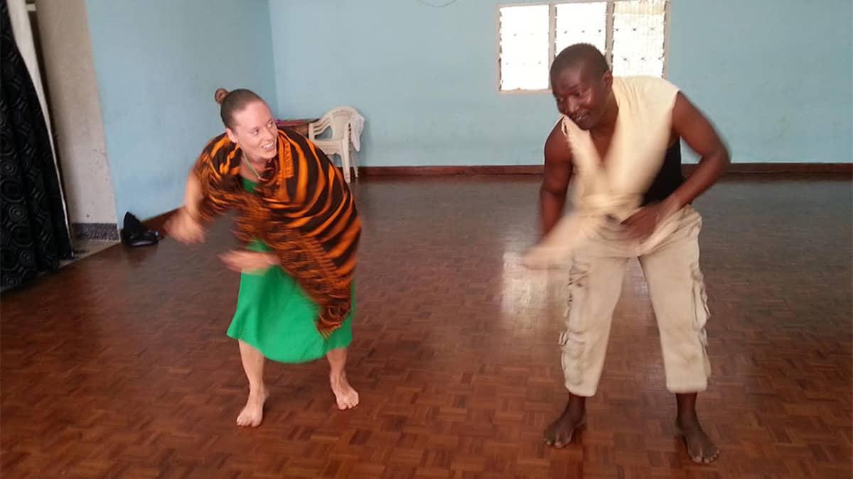 Ramadhani Kazinyungu opettaa perinteistä afrikkalaista tanssia Henna Linnélle.