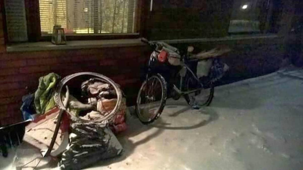 Satorun pyörä ja matkatavarat ovat hurja näky liikenteessä.