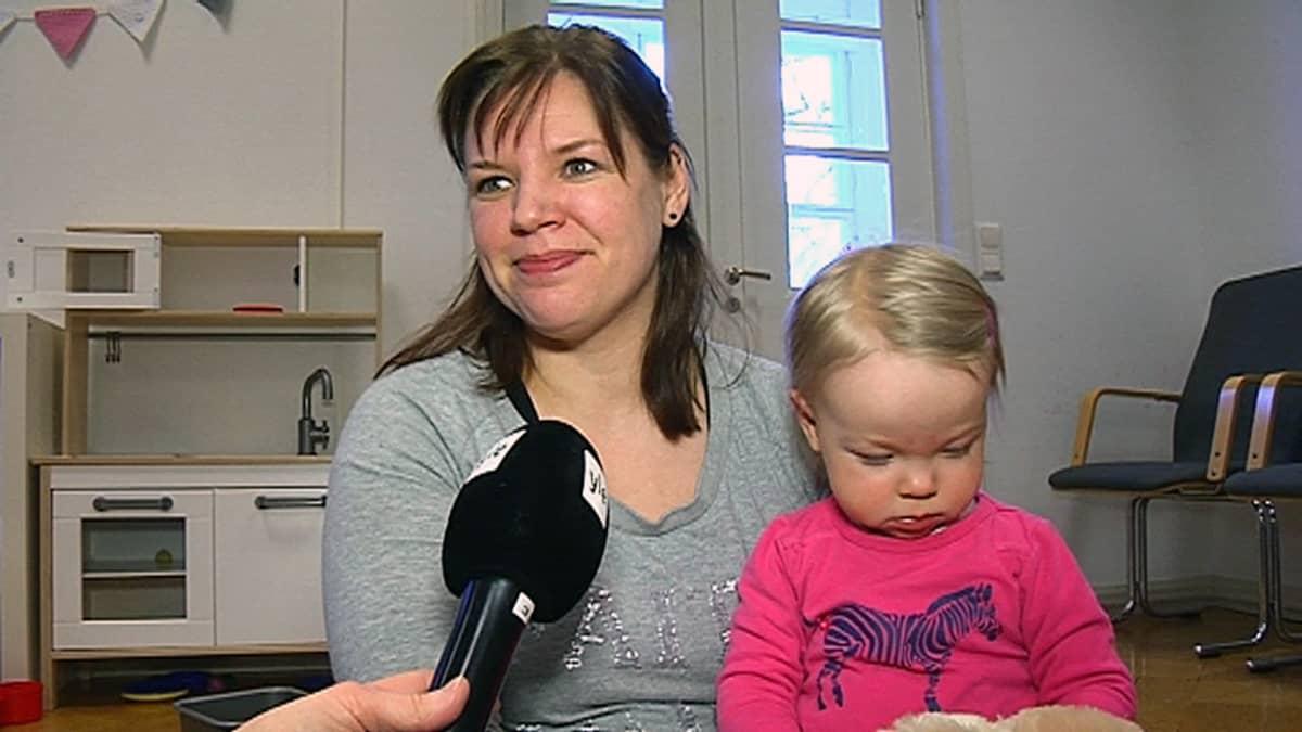 Johanna Kleemola ja Saaga Seinäjoella Taaperokahvilassa.