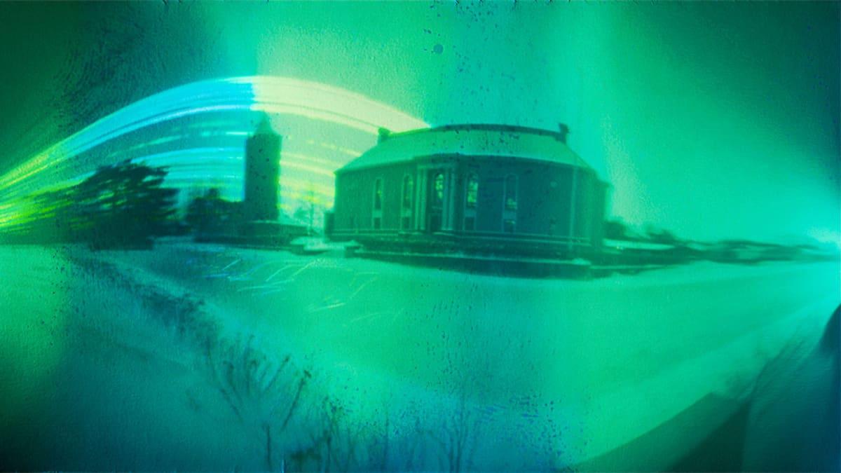 Vihreän ja harmaan eri sävyissa oleva kuva, jossa ovat  Kokkolan vanha vesitorni ja Vartiolinna.