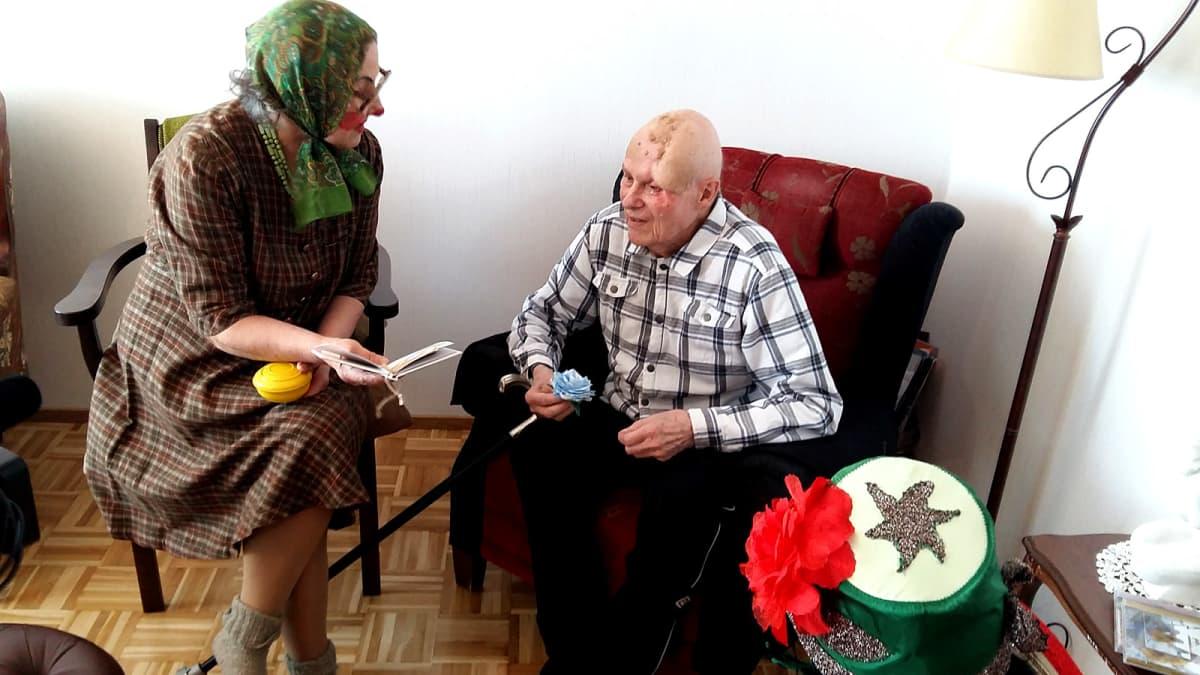 Senioriklovni ja ikäihminen juttelevat