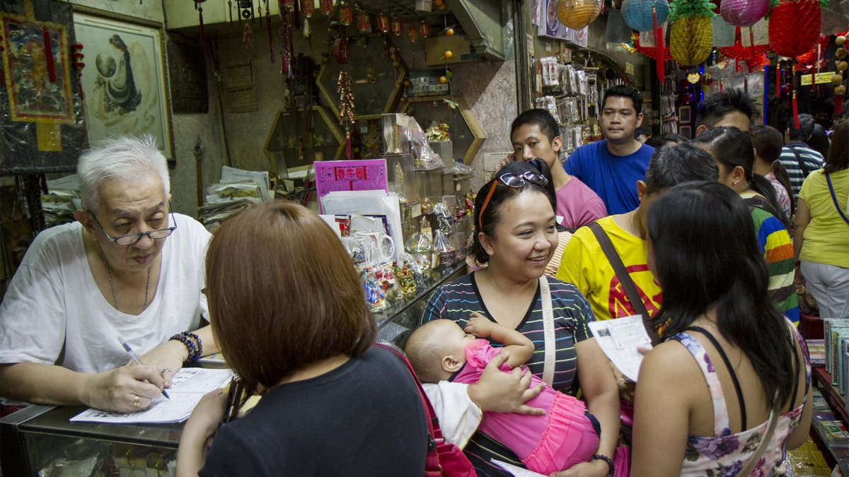 Ruuhkaa feng shui -kaupan ympärillä.