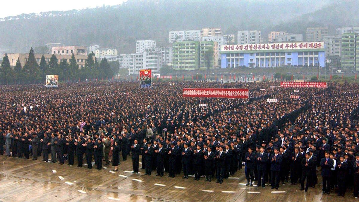 Tuhansia ihmisiä.