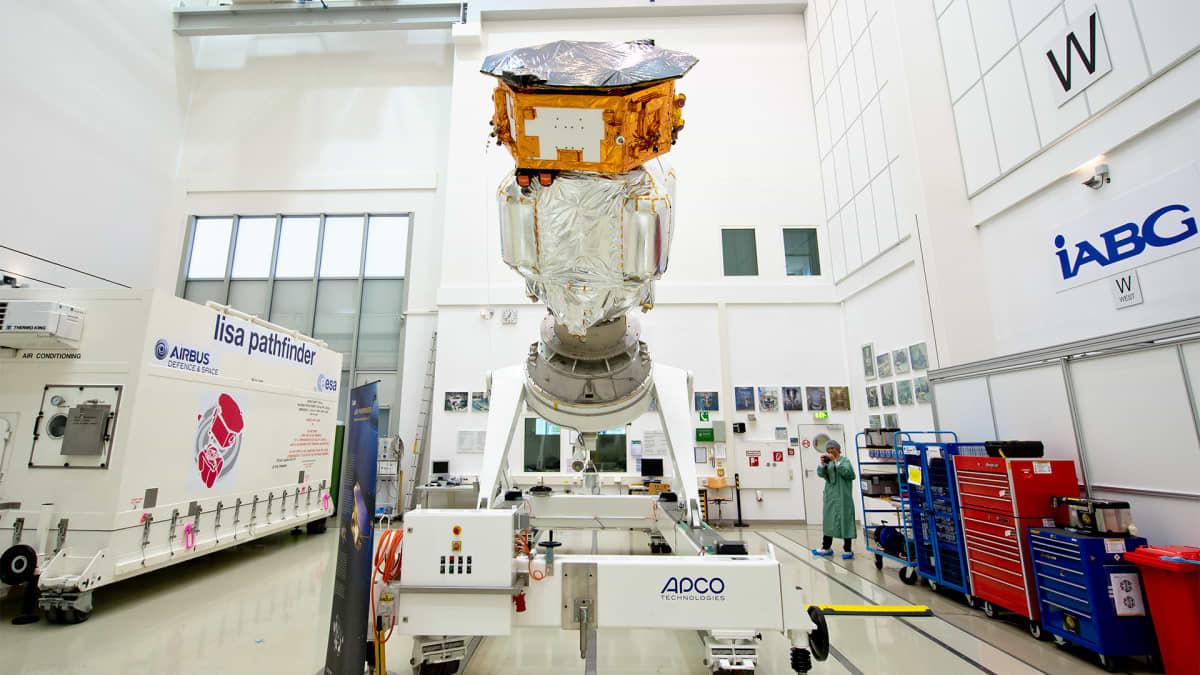 Satelliitti sisätiloissa.