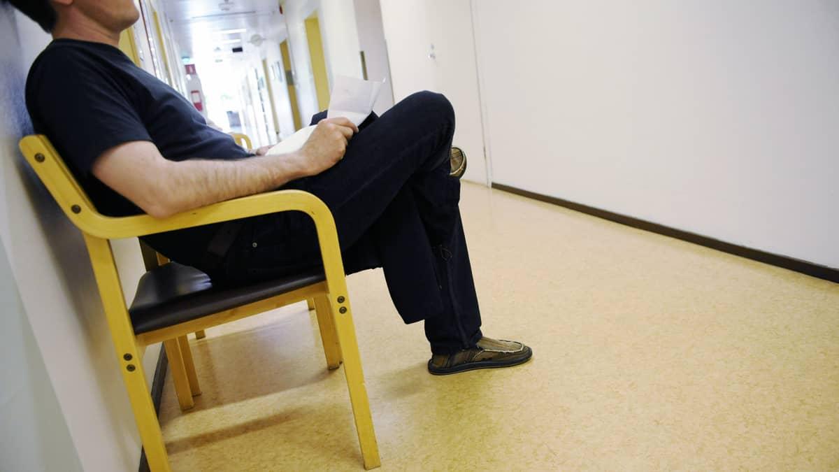 Mies odottaa pääsyä lääkärin vastaanotolle.