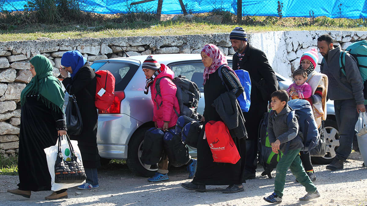 Turvapaikanhakijoita Ateenan lähistöllä.
