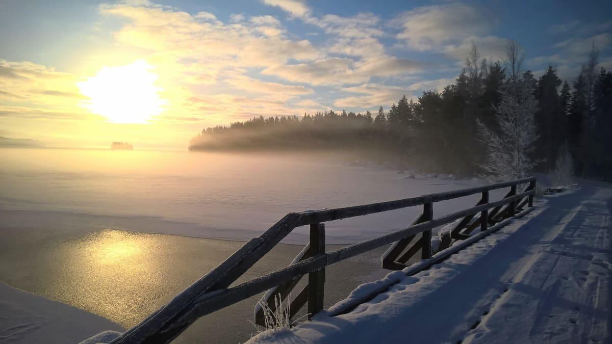 Talvinen maisema sillalta järvenselälle kohti auringonnousua