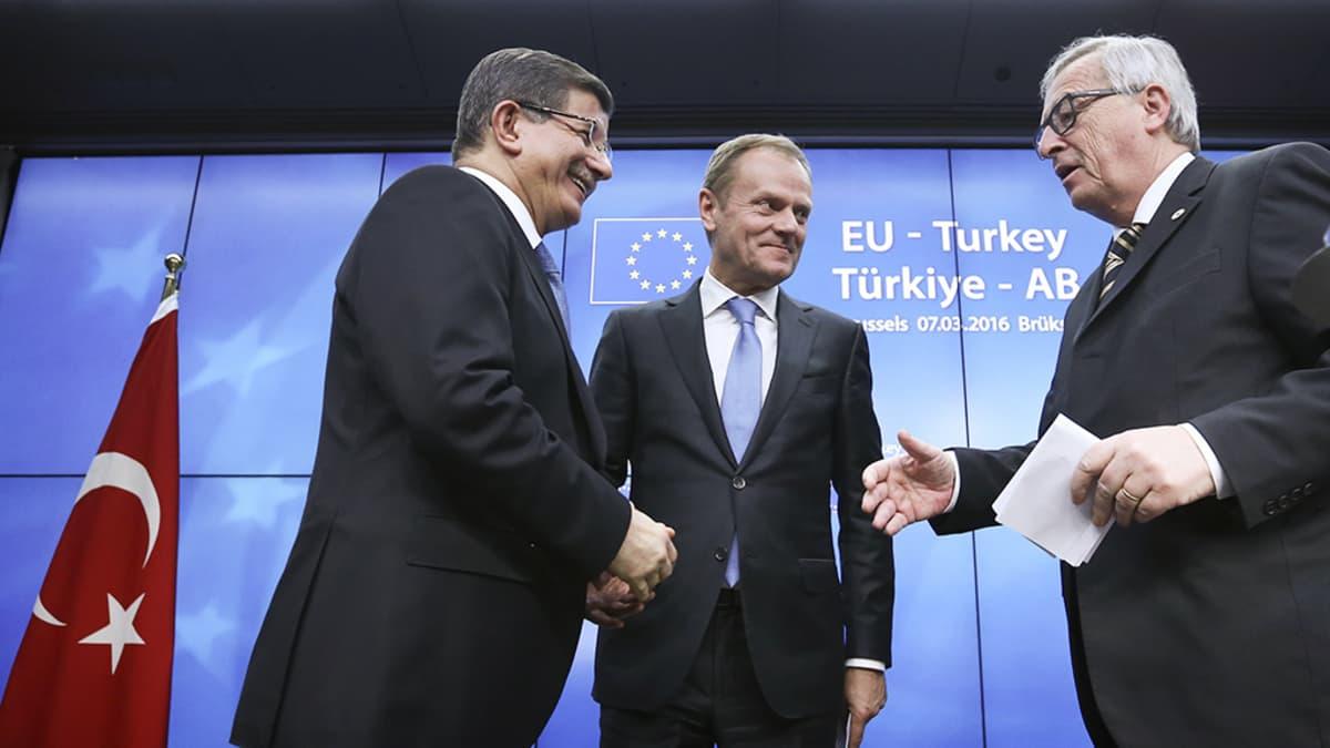 Turkin pääministeri Ahmet Davutoglu, Eurooppa-neuvoston puheenjohtaja Donald Tusk ja Euroopan komission puheenjohtaja Jean-Claude Juncker.