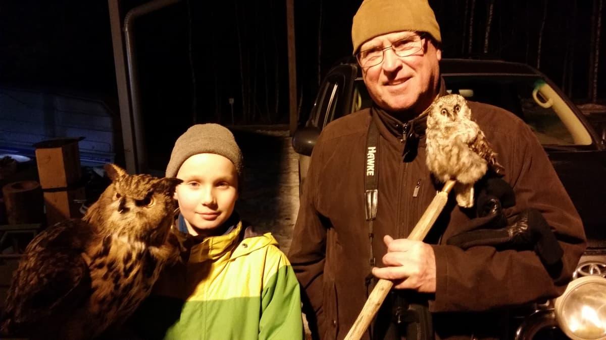 Elmeri Juuti ja Rainer Mantila ihailevat täytettyjä pöllöjä.