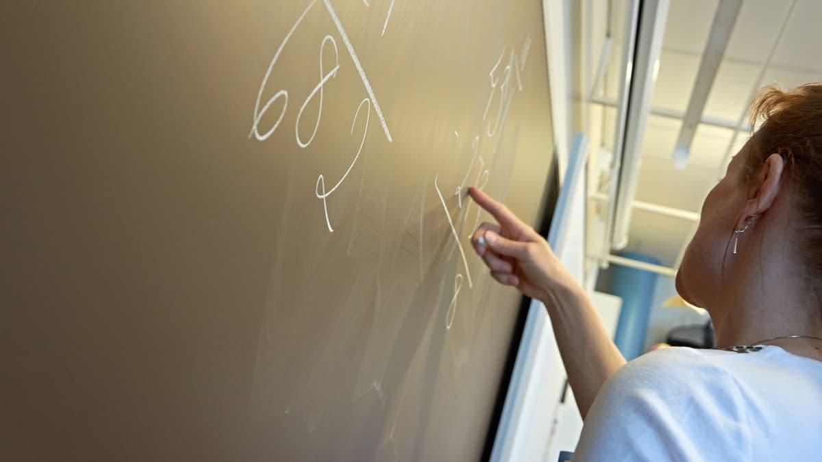 Opettaja liitutaululla