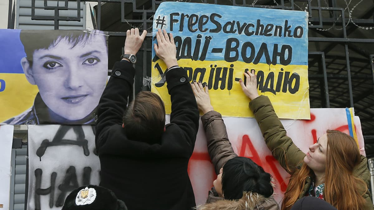 Mielenosoittajat tukemassa Savchenkoa.