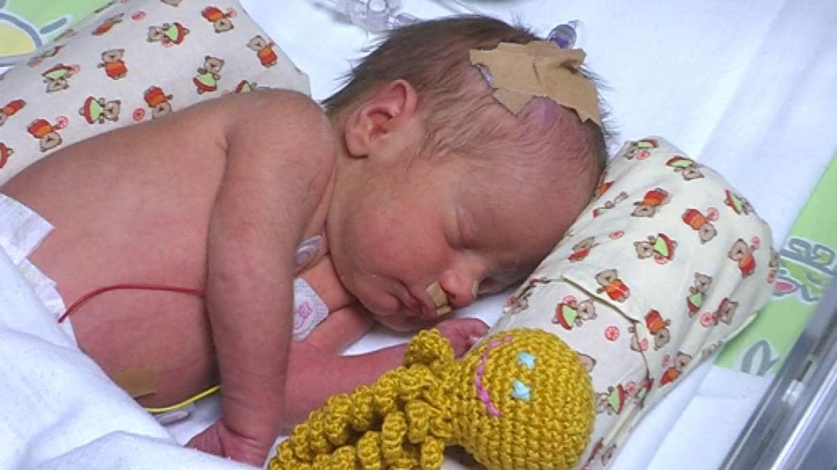 Keskosvauva nukkuu turvalonkeron kanssa.