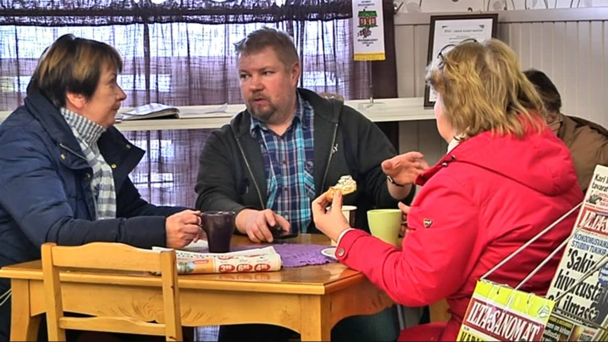 Toimittaja Eeva Hannula (vas.) haastattelee letkulaisia kyläkaupassa
