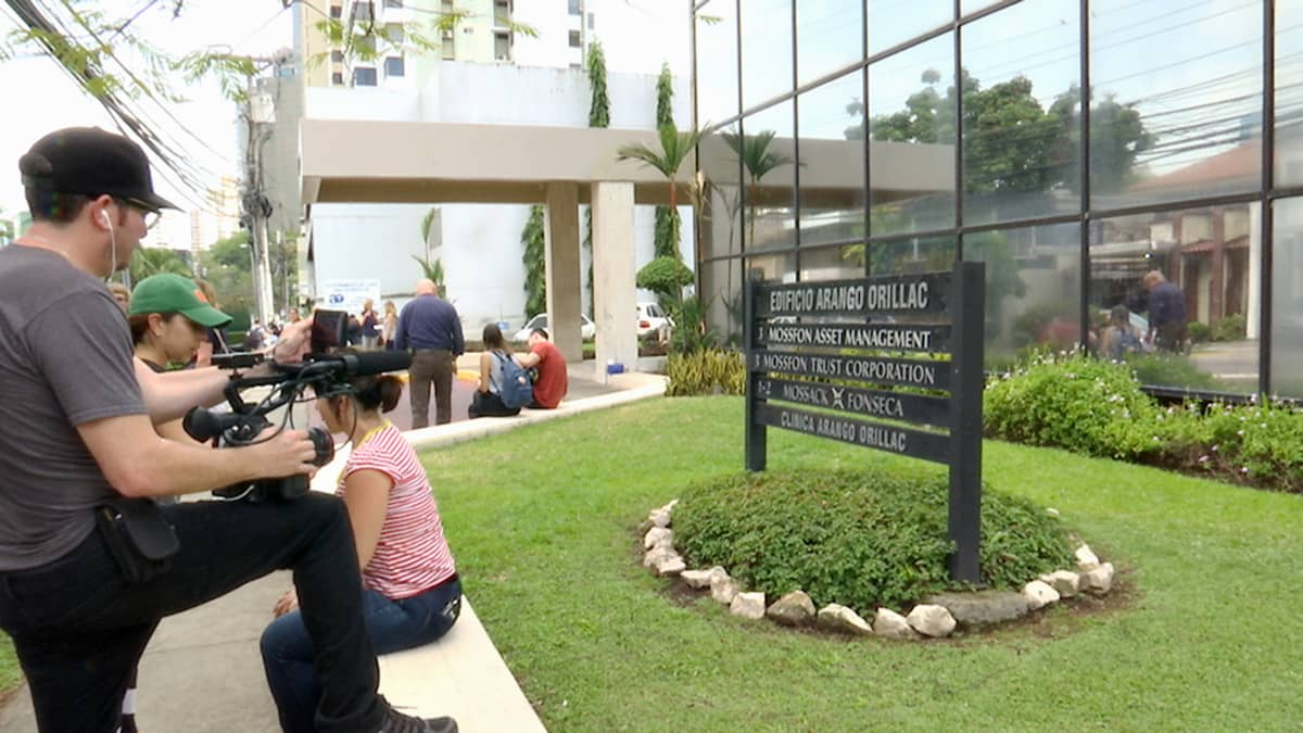 Toimittajia panamalaisen Mossack Fonseca -asianajotoimiston edustalla.