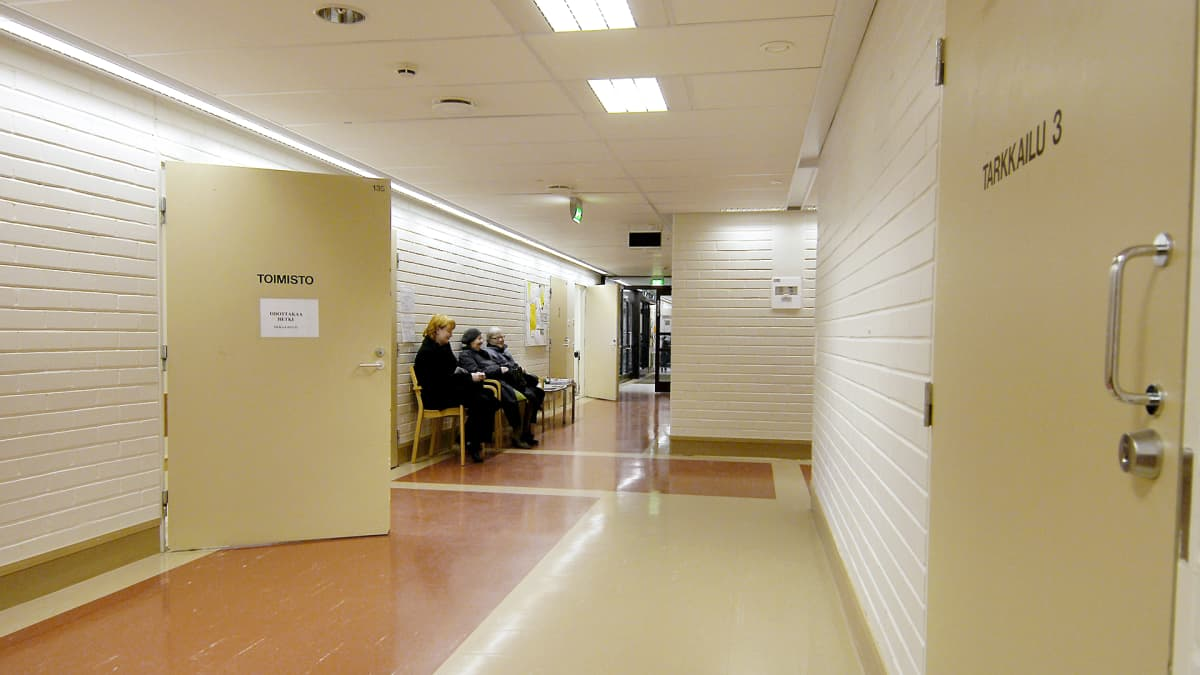 Potilaita terveyskeskuksen odotustilassa Vantaalla.