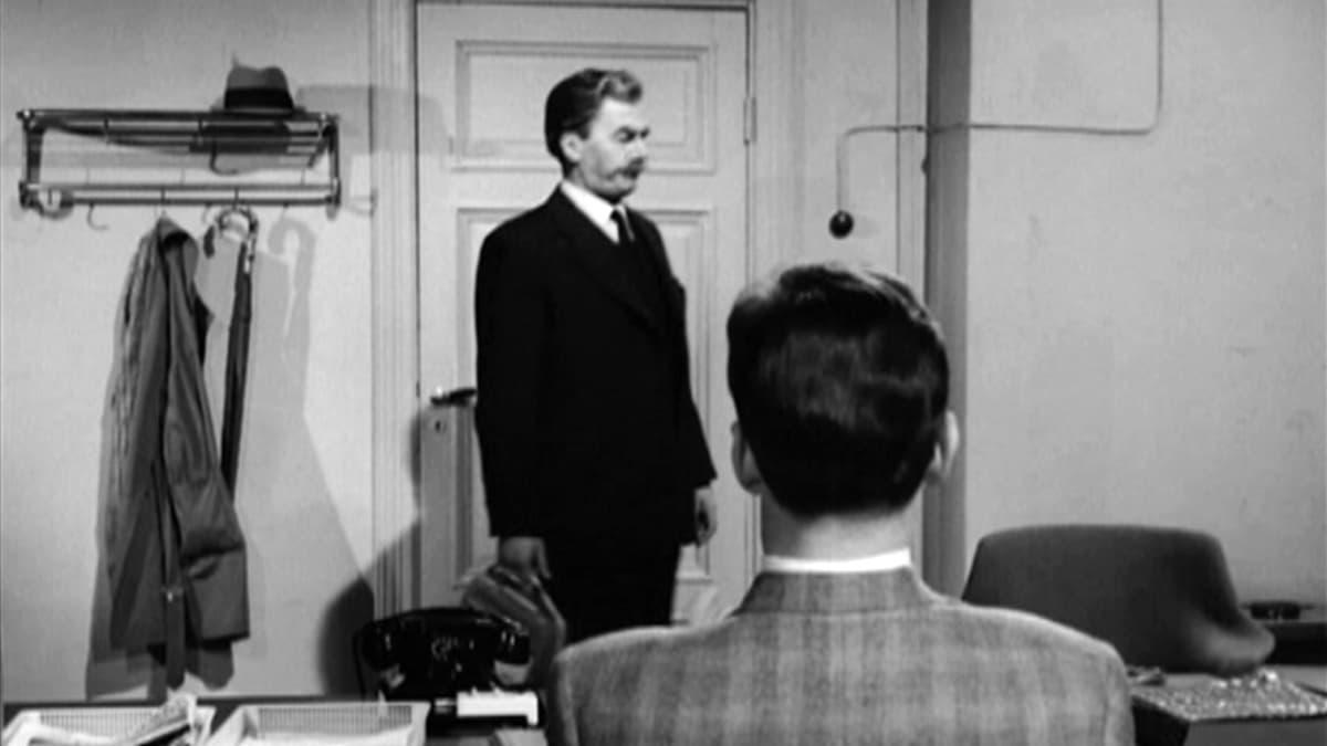 Mika Waltari julkaisi ensimmäisen komisario Palmu -kirjansa 1930-luvun lopulla. Komisario Palmu ratkoi rikoksia myös valkokankaalla 1960-luvulla tehdyissä elokuvissa. Pääosaa esitti Joel Rinne.