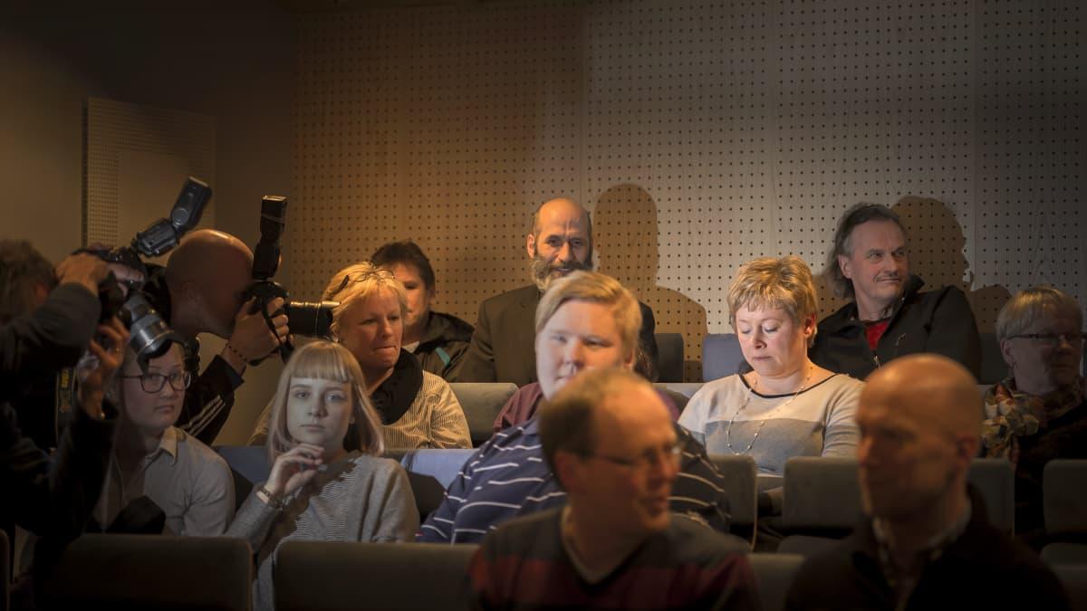 Stina Mattila jännittää kaupunginvaltuuston lehtereillä toisen äänestykierroksen tulosta silmät kiinni.