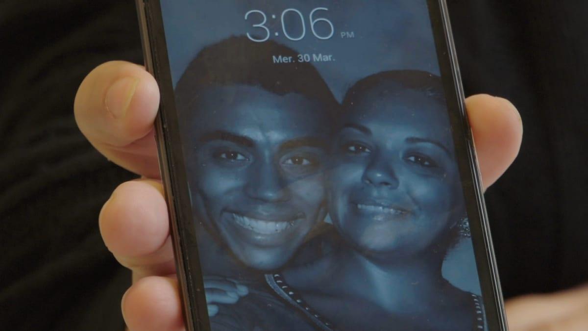 Saliha Ben Alin puhelimen näytölle avautuu kuva, jossa Syyriaan lähtenyt Sabri poseeraa hymyillen äitinsä kanssa.