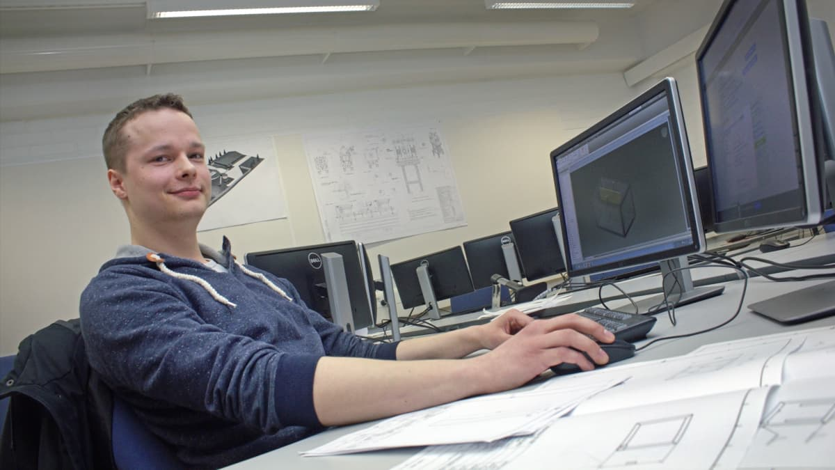 Jari Markkanen viimeistelee konetekniikan toimeksiantoaan ennen kuin lähtee CERN:iin kesätöihin.