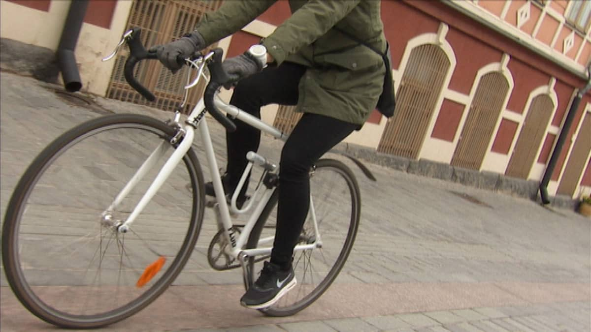 Pyöräilijä kiitää Jyväskylän kävelykadulla.