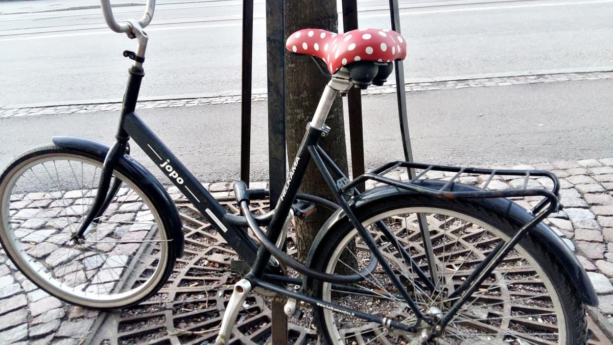 Polkupyörä lukittuna.