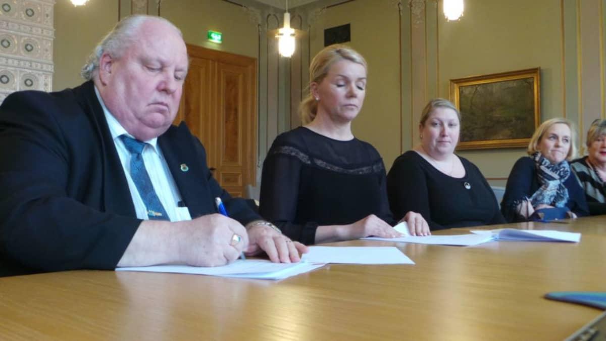 Valtuustosopimuksen allekirjoittaminen Porissa keväällä 2016. Vasemmalta Esa J. Wahlman (sd.), Bia Kaski (kok.), Satu Hatanpää (kok), Anne Liinamaa (vihr.) ja Kaarina Ranne (vihr.).