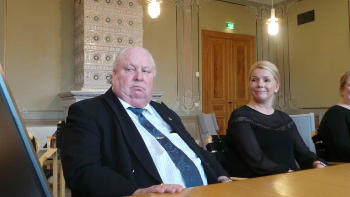 Valtuustoryhmien puheenjohtajat Esa J. Wahlman (sd.) ja Bia Kaski (kok.) allekirjoittamassa Porin valtuustosopimusta 25.4.2016.