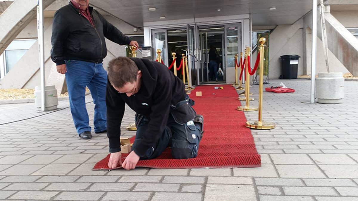 Punaista mattoa asennetaan Ouluhallille veetraanipäivää varten 27.4.2016
