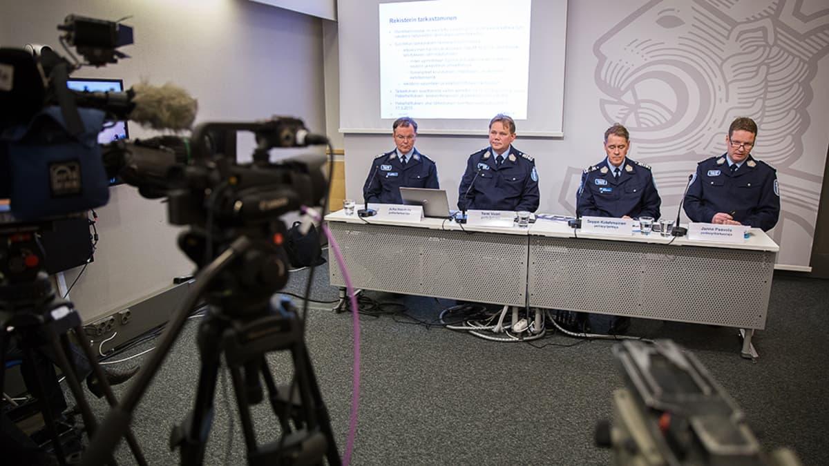 Poliiseja tiedotustilaisuudessa.