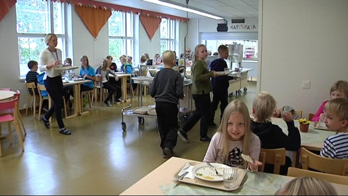 Koululaisia Ummeljoen koulun ruokalassa