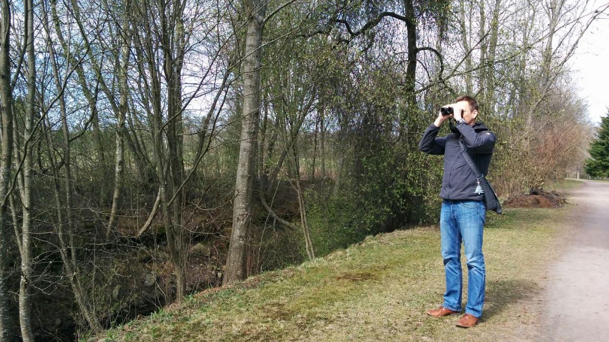 Seinäjokelainen Hannu Tuomisto lintuja tarkkailemassa.
