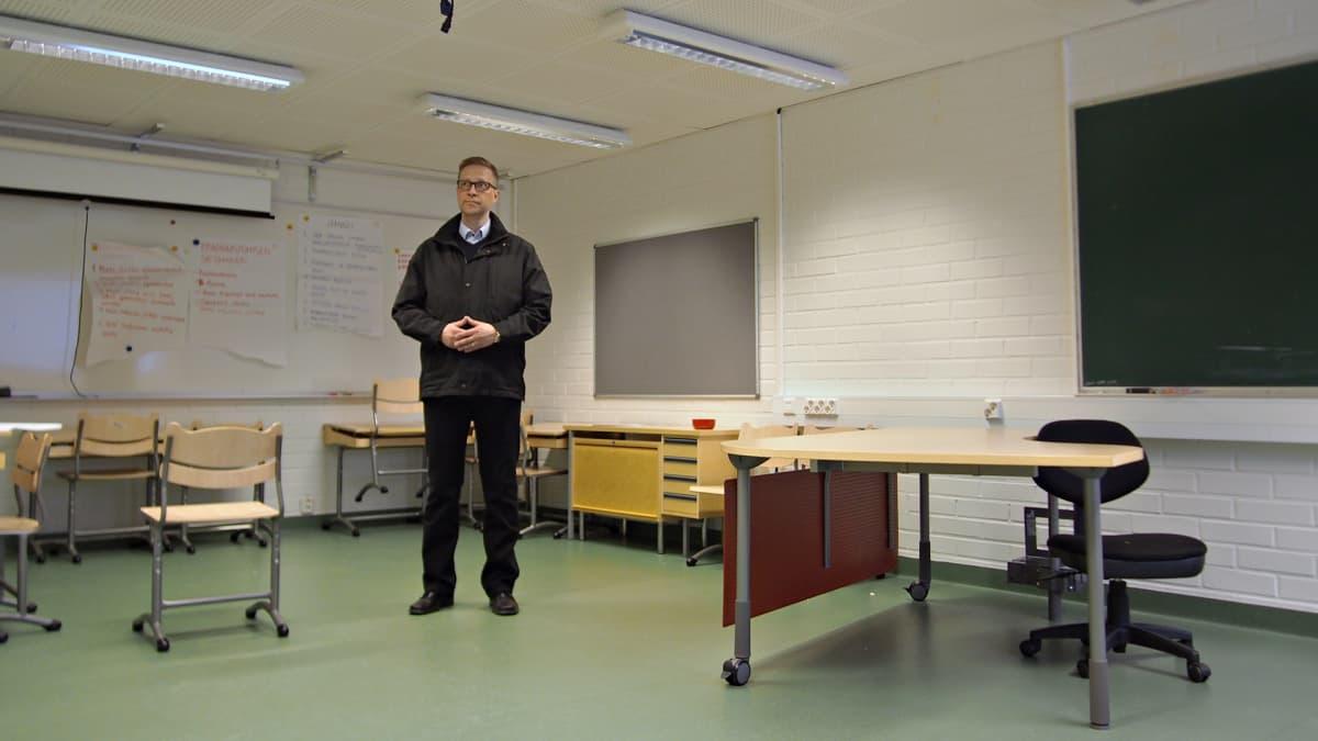 Kai Väistö luokkahuoneessa.