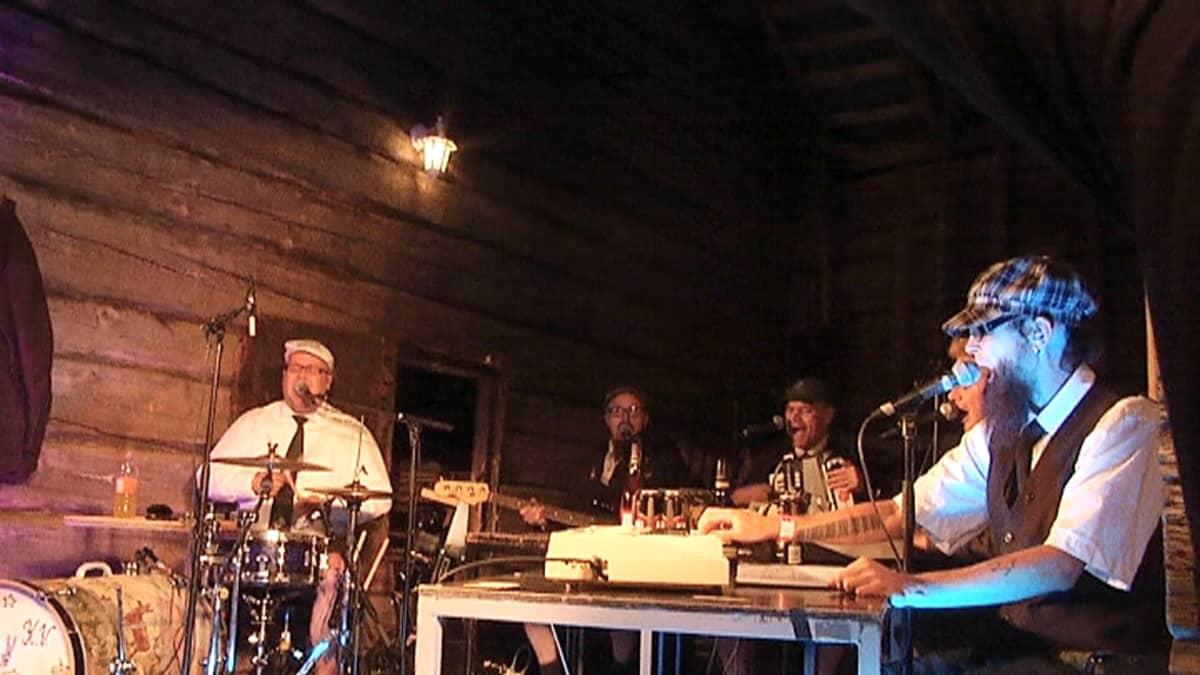 Eläkeläiset esiintyi Naamoilla 2010.