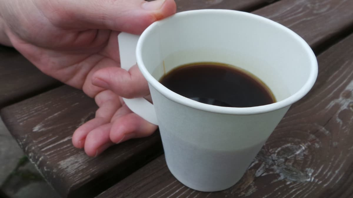 kahvia kertakäyttökupissa