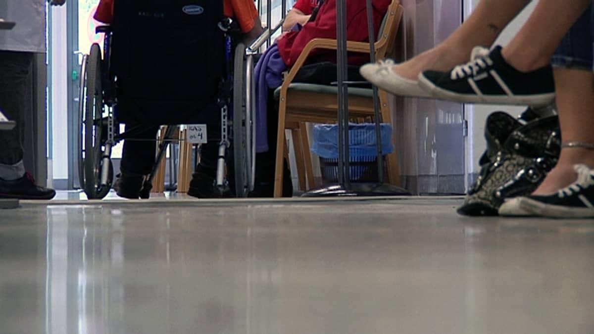 Ihmiset odottavat hoitoon pääsyä Pohjois-Kymen sairaalassa