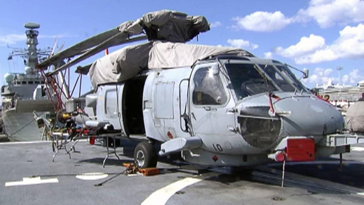 Helikopteri laivan kannella.