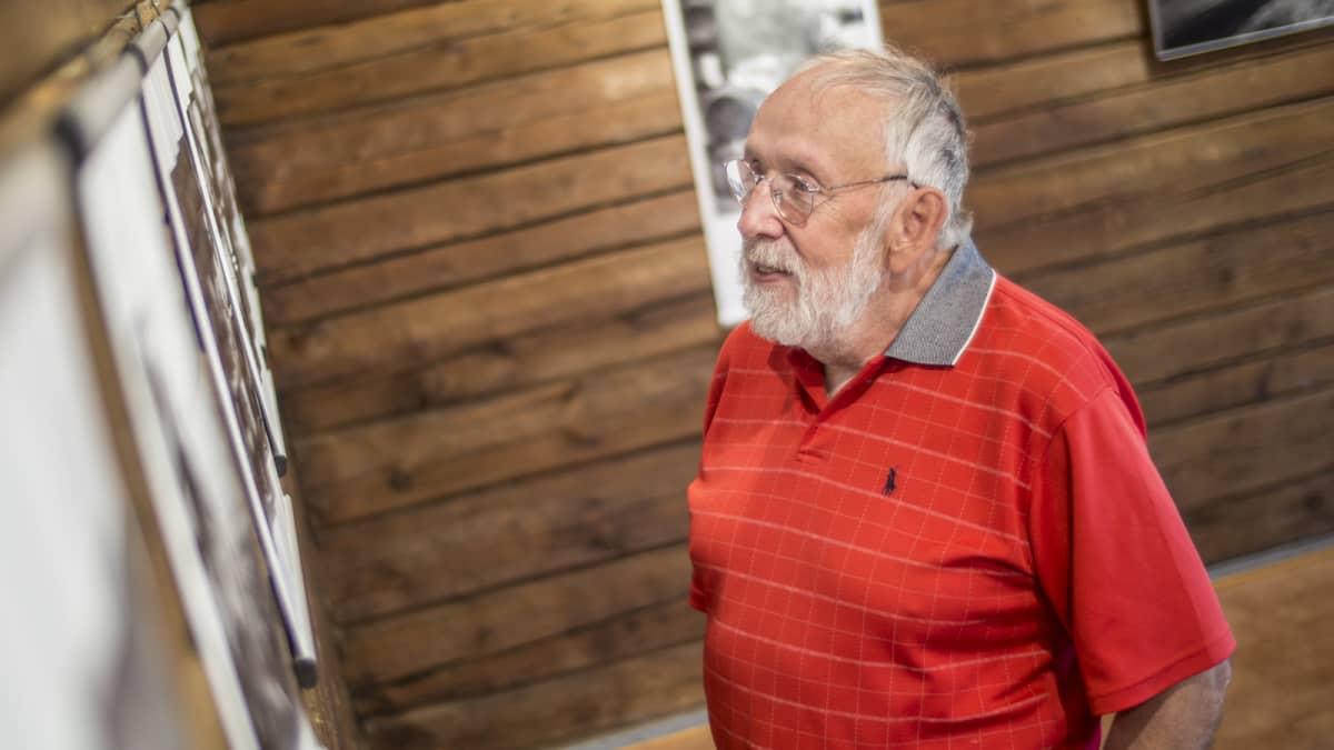 Valokuvaaja Heikki Y. Rissanen Kekkosta käsittelevässä valokuvanäyttelyssään Lepikon torpassa
