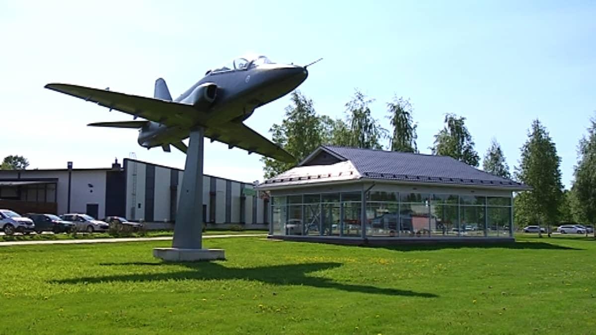 Kauhavan lentokonepuistossa on jo Hawk-muistomerkki ja Saab Safir -kone vitriinirakennuksessa.